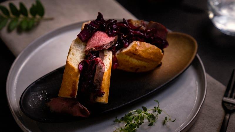 Baguette med and, sennep og stuet rødkål
