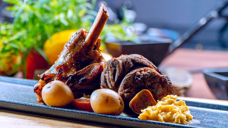 Lammeskank med kokte grønnsaker og gul ertestuing