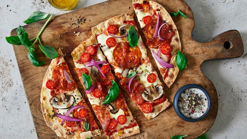 Pizza med salami og mozzarella