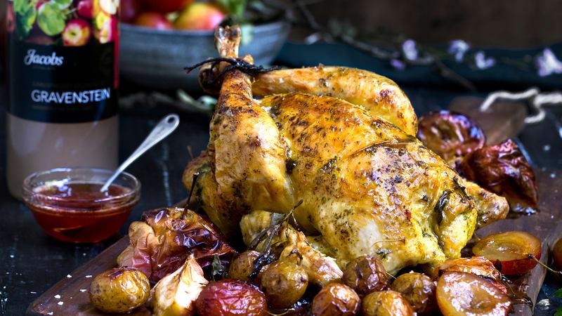 Kylling med stekte plommer, epler og urtesmør