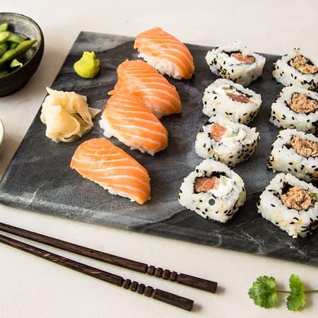 Hjemmelaget sushi og sashimi