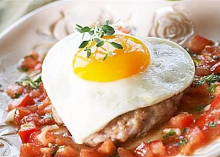 Speilegg på kyllingkarbonade med tomatsalsa