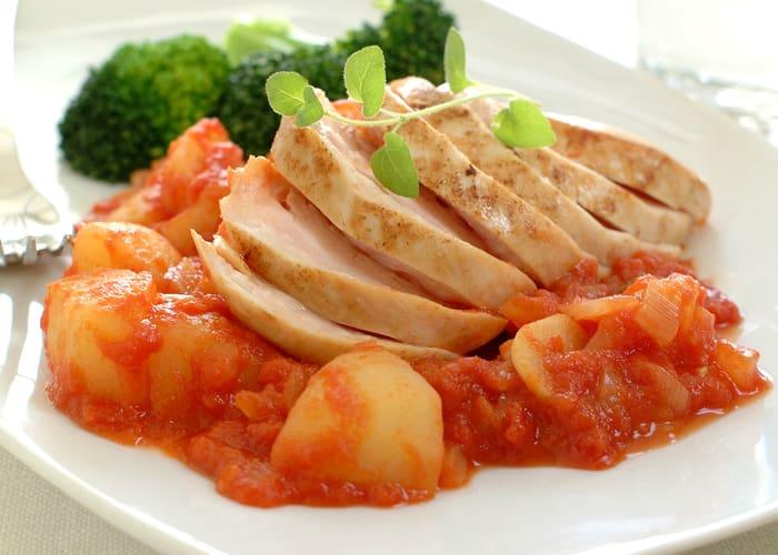 Kyllingfilet med poteter i tomatsaus