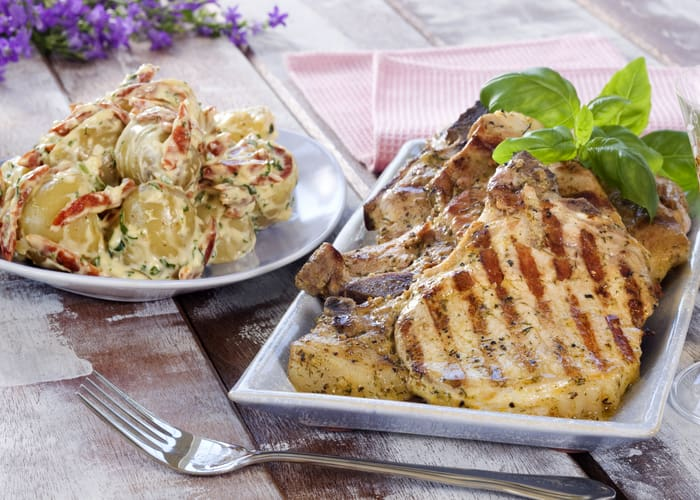 Nakkekoteletter med potet- og aïolisalat