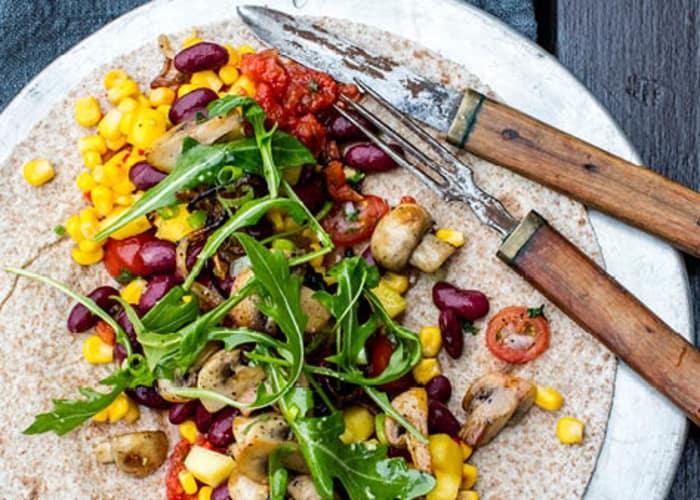 Enchilada med salsa, grønnsaker og bønner