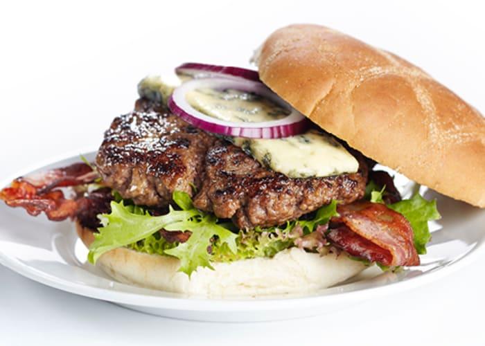 Burger med bacon og blåmuggost