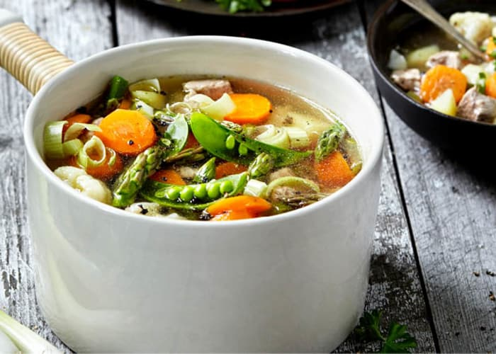 Fersk suppe med svinekjøtt