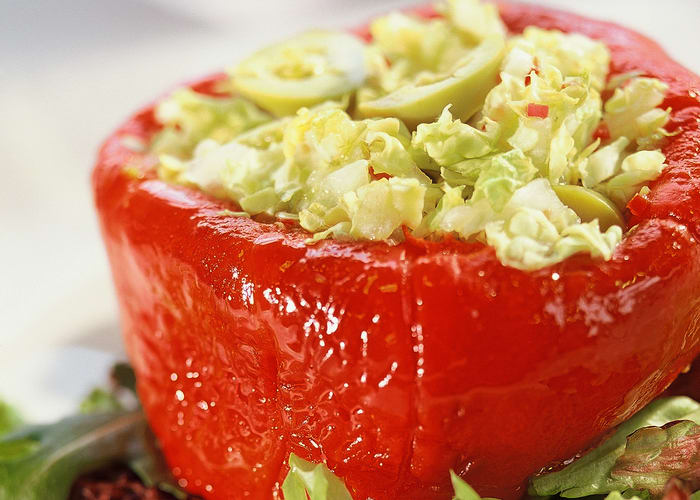 Bakt paprika fylt med kinakål og oliven