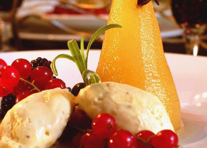 Krydderkokte pærer med friske bær og is