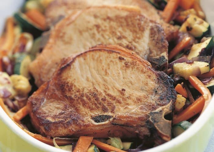 Koteletter og grønnsaker i ovn