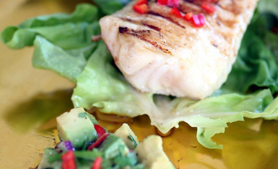 Steinbit på grill med chili og avokadosalsa