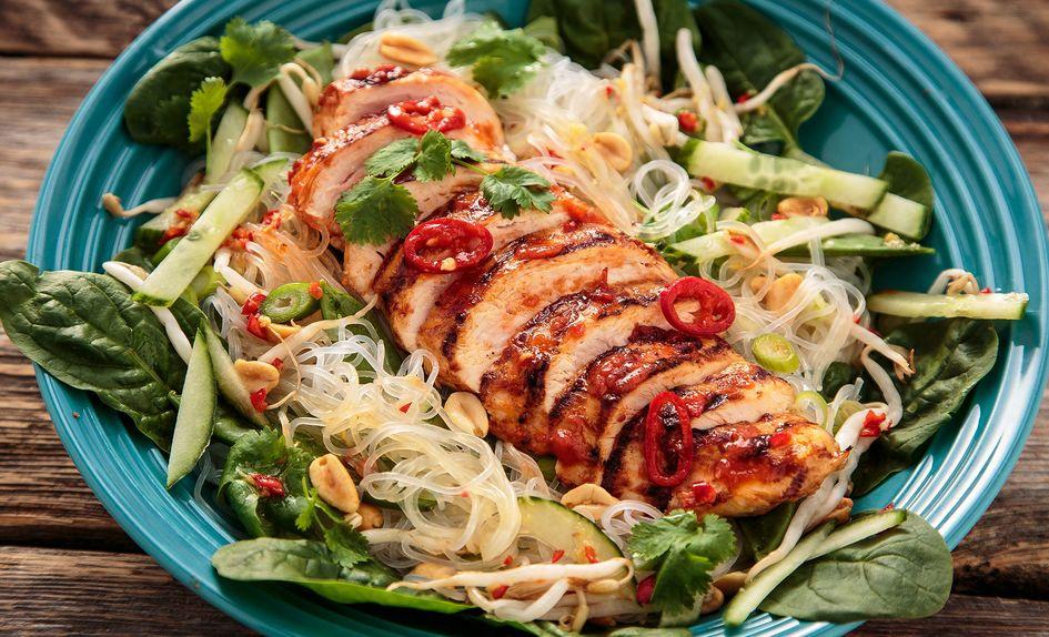 Thaisalat med chilimarinert kylling og nudler