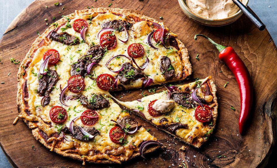 Spicy pizza med bbq-marinert biff