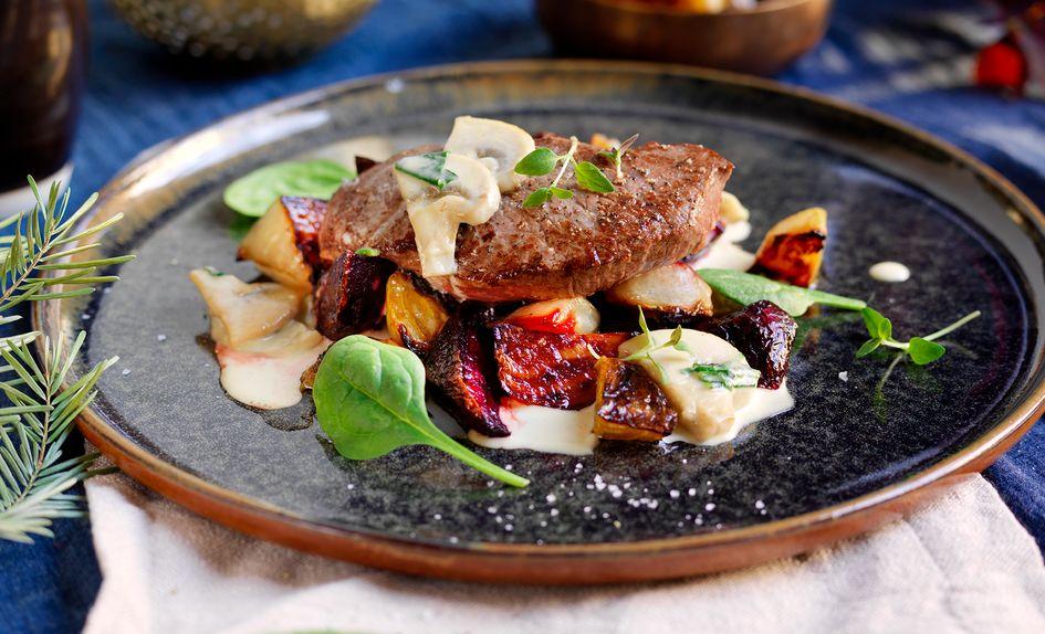 Reinsdyr flatbiff med bakte beter, sopp og spinatsaus
