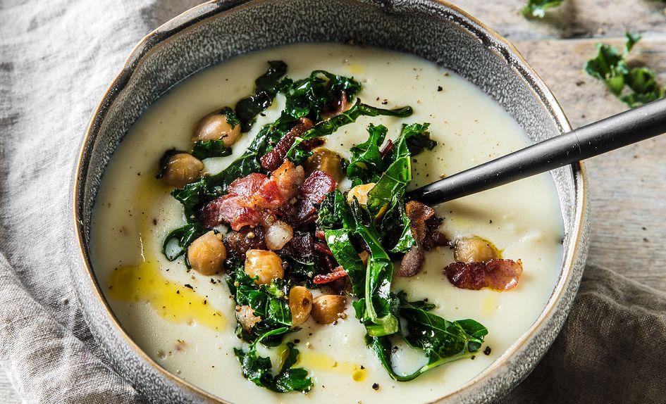 Blomkålsuppe med bacon, kikerter og grønnkål