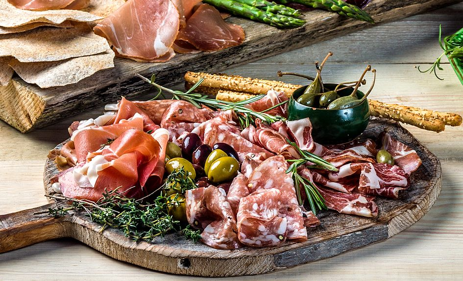 Italiensk spekefat med kapers og oliven
