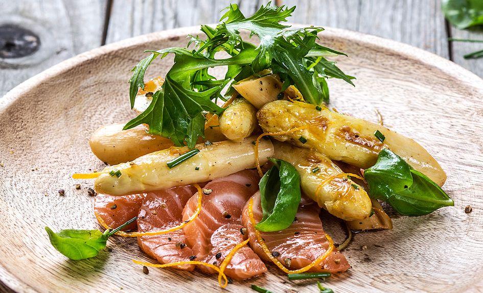 Smørstekte hvite asparges med laks og sitrus