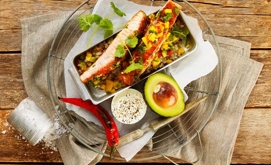 Grillet plankelaks med mango- og avokadosalat