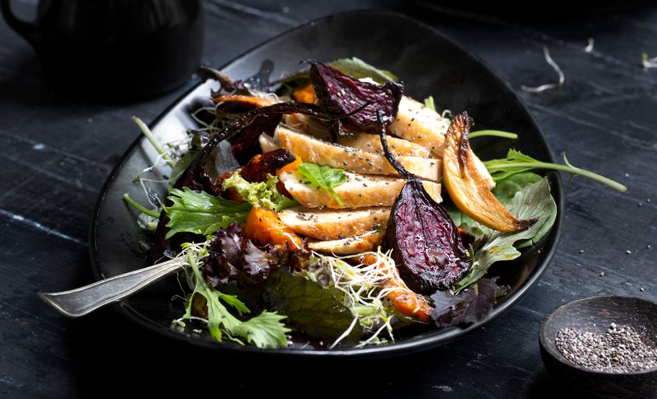 Høstsalat med kylling og ovnsbakte grønnsaker