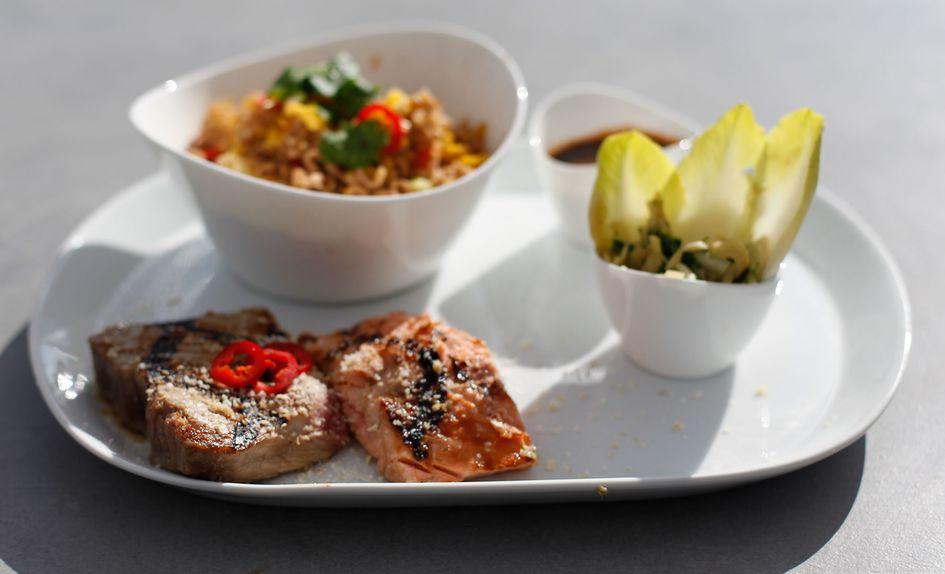Laks og tunfisk tataki med fennikelsalat, stekte nudler og teriyaki