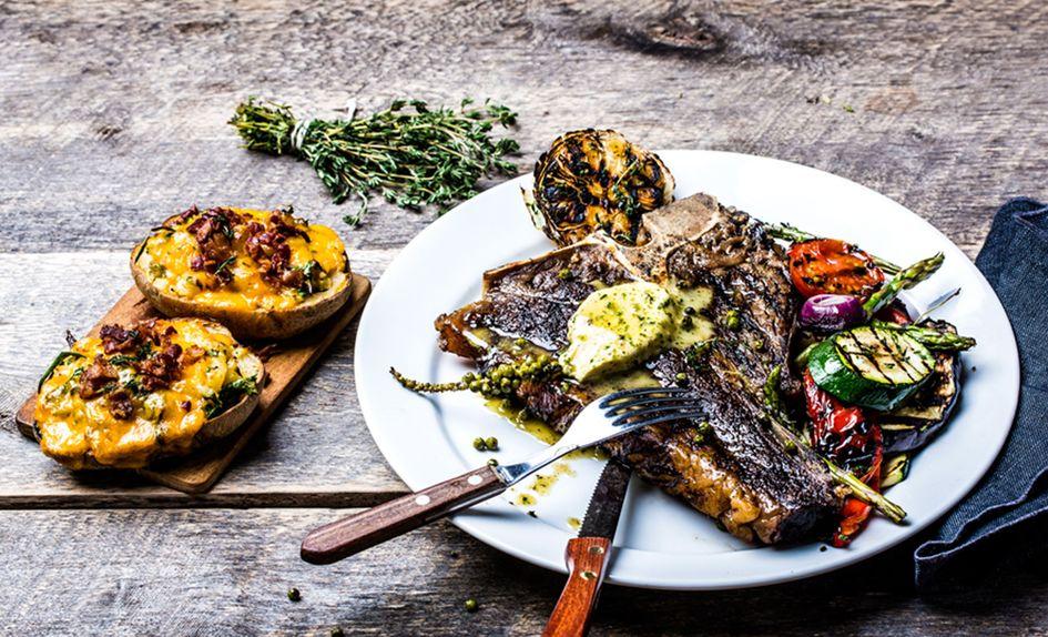 T-bone steak med whiskeysmør og grillede grønnsaker