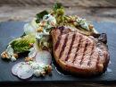 Sommerkoteletter med grillet hjertesalat og roquefortdressing