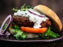 Vegetarburger av quinoa og svarte bønner, med tzatziki