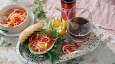 Fiskeburger med aioli, råkostsalat og syltede grønnsaker