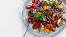 Spicy biffsnadder med fargerike grønnsaker