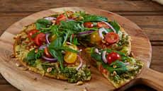 Pizza med pesto og salat