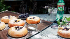 Boller fylt med vaniljekrem og bjørnebær