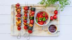Grillspyd og frisk tomatsalat