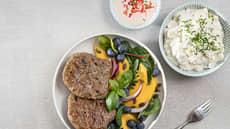 Grillede karbonader med frisk salat