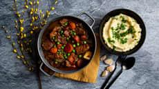Lammegryte i fransk stil med erter, løk, squash, gulrøtter og potetmos