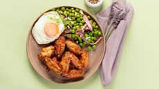 Kyllingvinger med braiserte erter og speilegg