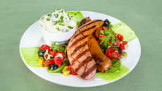 Grillet kjøttpølse med tomat- og olivensalat