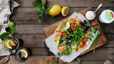 Pizza med laks og hvit saus