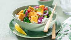 Fiskepinner med grønnsaksblanding og ris
