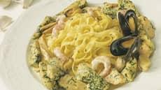 Pasta med kylling, laks, reker og blåskjell