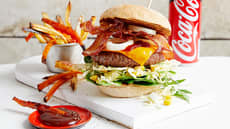 Hamburger med bacon og coleslaw