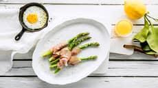 Asparges med spekeskinke og solskinnsegg