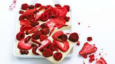 Hvit sjokoladekonfekt med bær