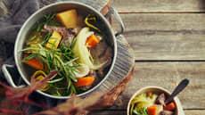 Fersk suppe med kjøtt og sursøt saus