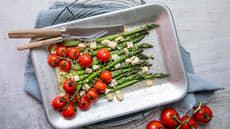 Bakte tomater med asparges og fetaost