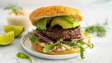Burger med avokado og hjemmelaget burgerdressing
