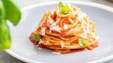Spaghetti med basilicosaus og parmesan