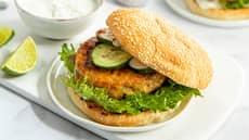 Fiskeburger med hjemmelaget rømmedressing