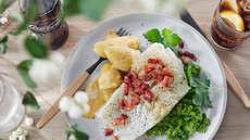 Lutefisk med bacon, ertestuing og hvit saus