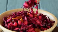 Rødkålsalat med rosiner og epler