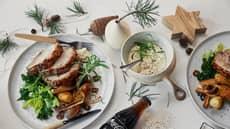 Surret skinkestek med ovnsbakte grønnsaker og blåmuggsaus